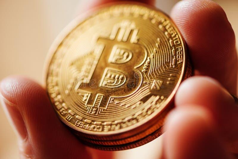 Sluit omhoog van mannelijke handholding Bitcoin royalty-vrije stock afbeeldingen