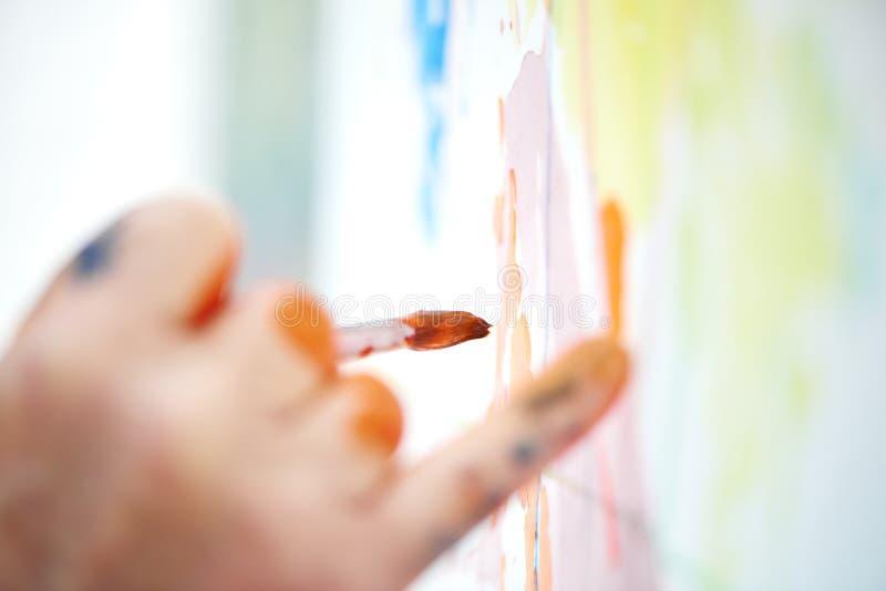 Sluit omhoog van mannelijke kunstenaarshand, trekkend beeld op workshop royalty-vrije stock afbeeldingen