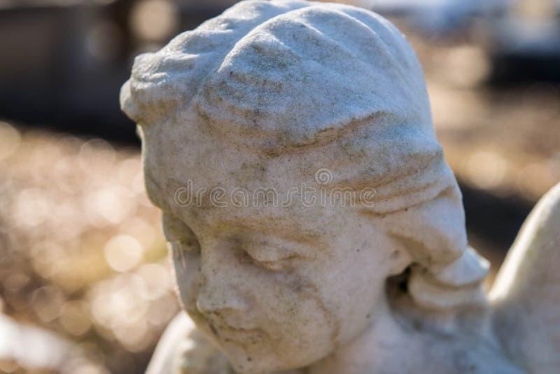 Sluit omhoog van marmeren engelenstandbeeld stock afbeelding