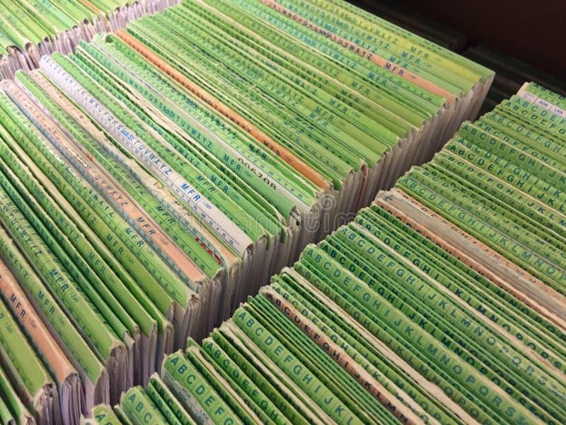Sluit omhoog van medische dossiers in alfabetische volgorde in archiefkast stock fotografie