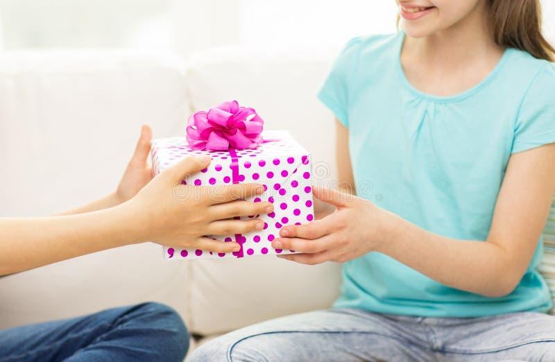 Sluit omhoog van meisjes met verjaardagsgeschenk thuis royalty-vrije stock afbeeldingen