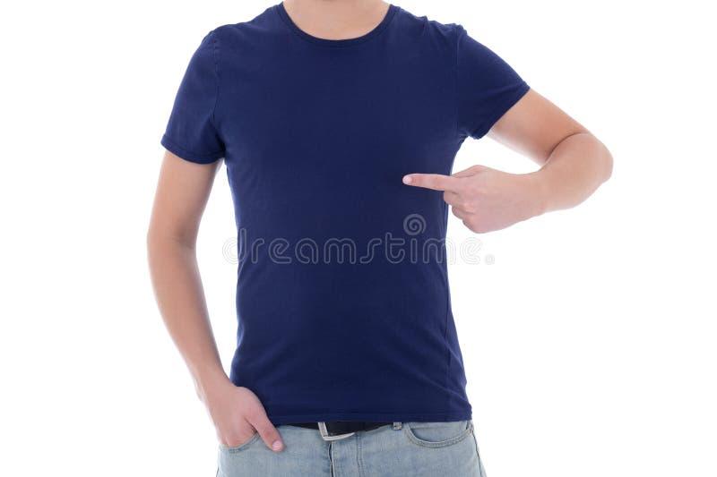 Sluit omhoog van mens die in lege blauwe t-shirt op zich de richten royalty-vrije stock afbeelding
