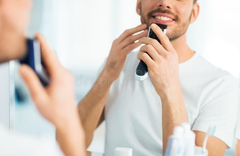 Sluit omhoog van mens het scheren baard met snoeischaar royalty-vrije stock foto's