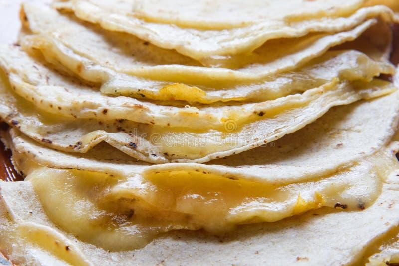 Sluit omhoog van Mexicaanse quesadilla stock afbeeldingen
