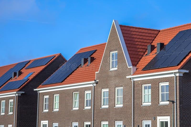 Sluit omhoog van Moderne rijtjeshuizen met zonnepanelen stock foto's