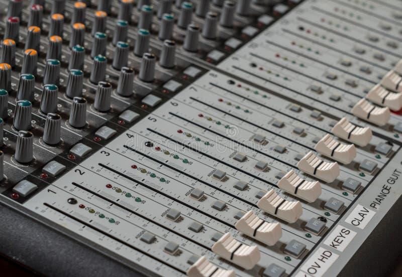 Sluit omhoog van moderne schuiven op audio correcte mixerraad stock foto's