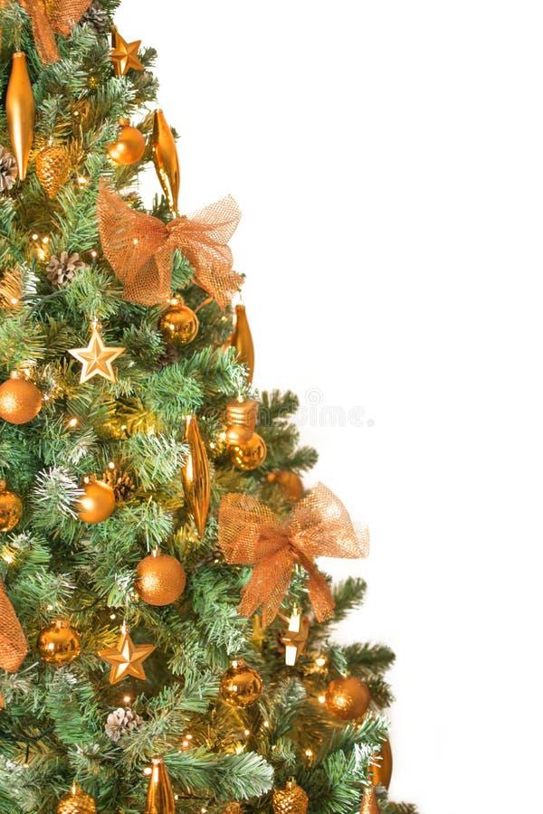 Sluit omhoog van moderne verfraaide die Kerstboom met de ornamenten van de bronskleur - op witte achtergrond op linkerkant worden royalty-vrije stock fotografie