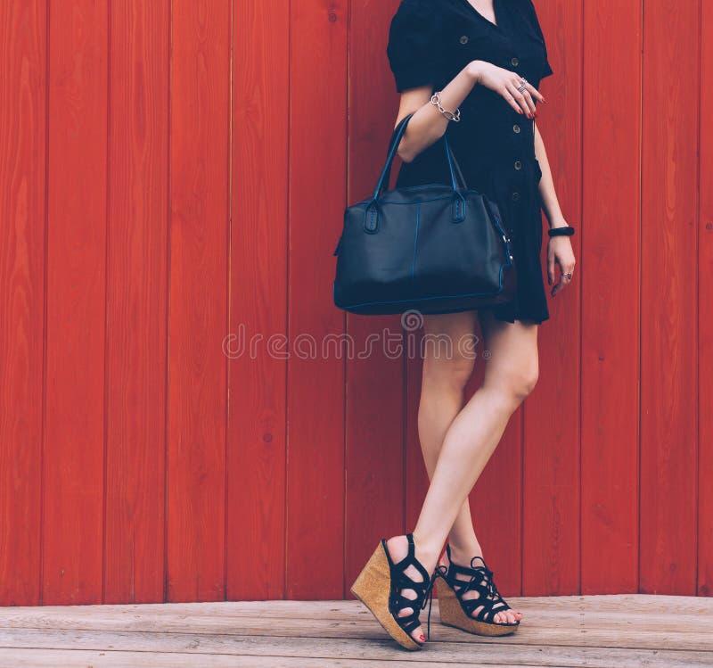 Sluit omhoog van modieuze vrouwelijke leerzak in openlucht Modieuze en hoge stijl dure vrouwelijke zak De manierconcept van de ve stock afbeelding