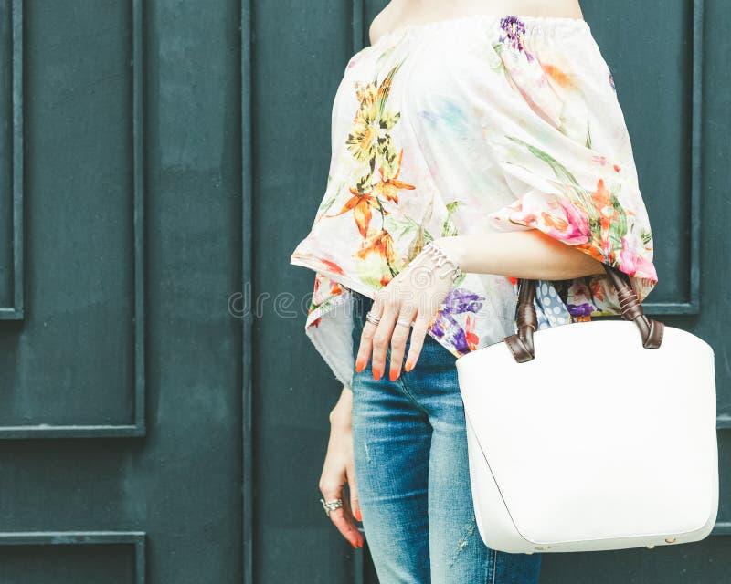 Sluit omhoog van modieuze vrouwelijke leerzak in openlucht Modieuze en hoge stijl dure vrouwelijke zak Jeans en modieus stock foto