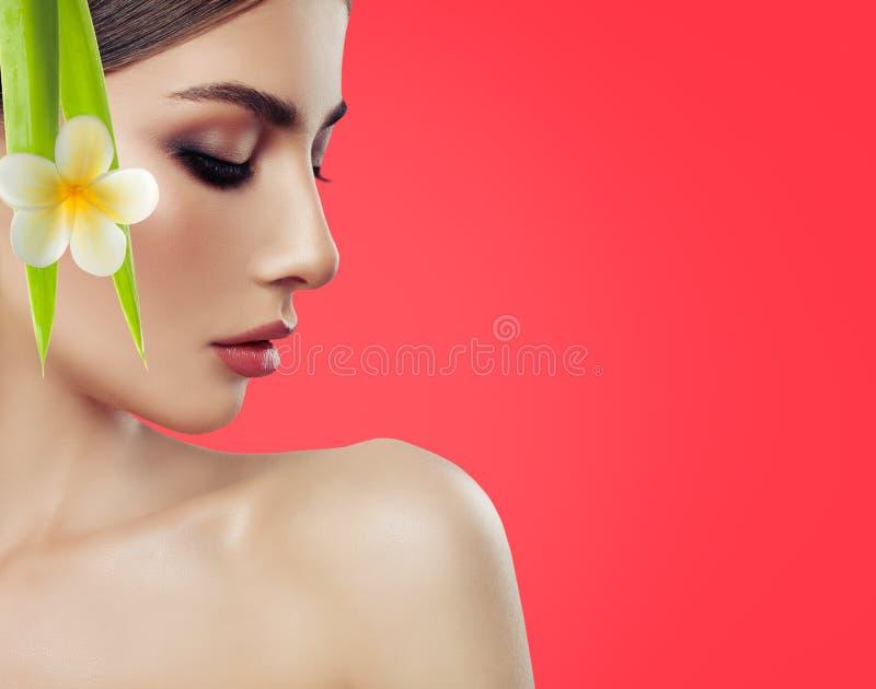Sluit omhoog van mooi jong vrouwen` s gezicht met gezonde huid royalty-vrije stock foto