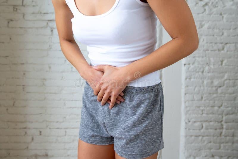 Sluit omhoog van mooi vrouwenlichaam die aan maagpijn, periodepijn en menstruele klemmen lijden royalty-vrije stock fotografie
