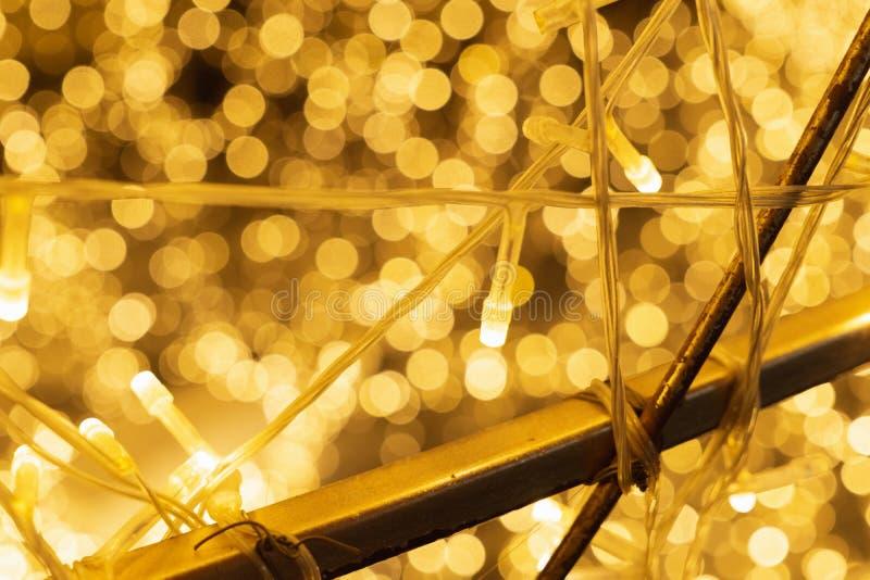 Sluit omhoog van mooie gouden LEIDENE warme lichten, LEIDENE van het de Draadkoord van het Kerstmiskoper Lichten Gloden lichte bo stock fotografie