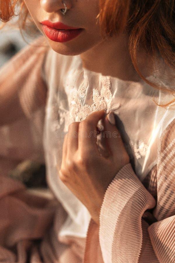 Sluit omhoog van mooie jonge modieuze vrouw in elegante kleding royalty-vrije stock afbeelding