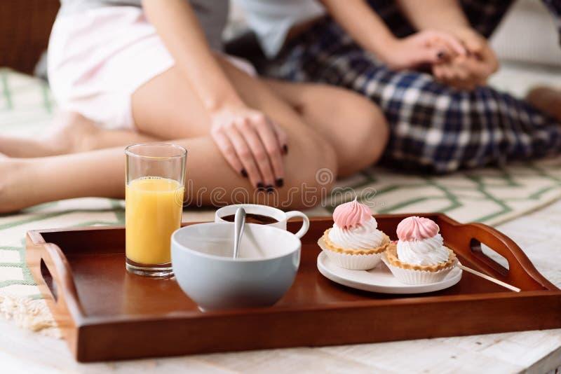 Sluit omhoog van mooie smakelijke cupcakes voor jong paar royalty-vrije stock afbeeldingen