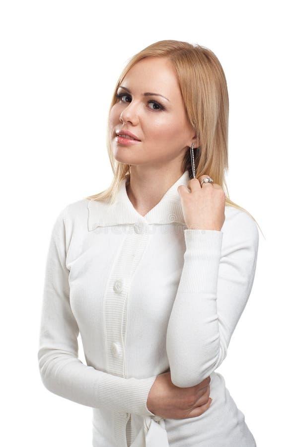 Sluit omhoog van mooie vrouw die glanzende diamantoorringen dragen stock afbeeldingen