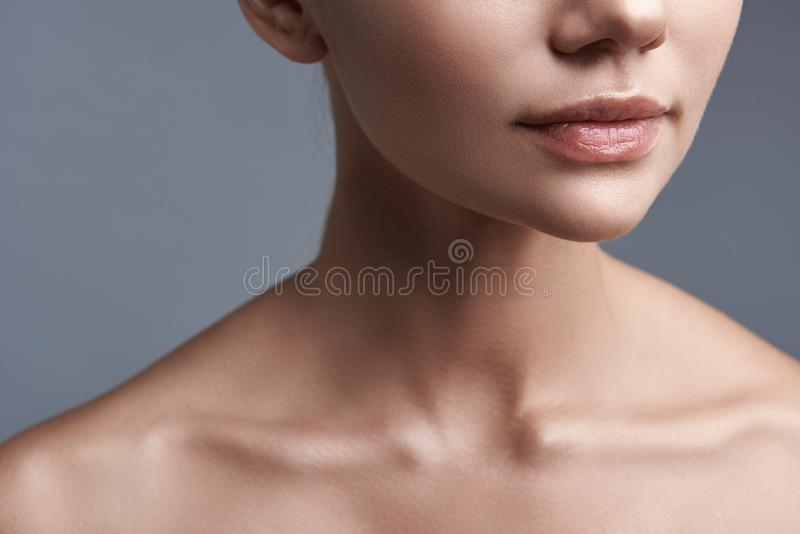 Sluit omhoog van mooie vrouw die natuurlijke lippenstift hebben stock foto's