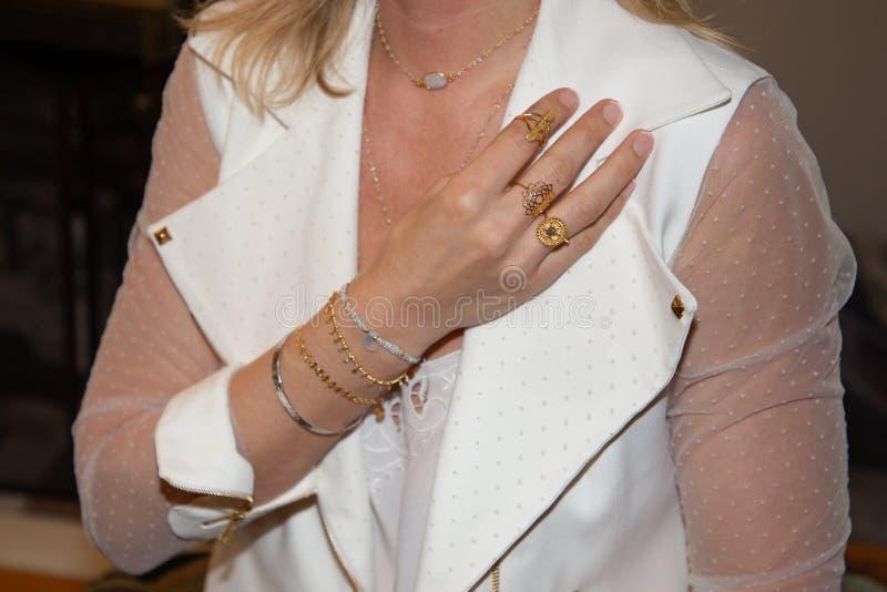 Sluit omhoog van mooie vrouw met ring en armband in hand wapen royalty-vrije stock fotografie