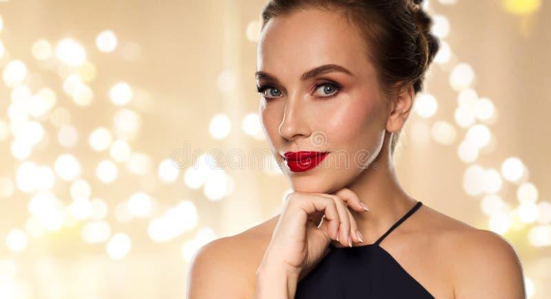 Sluit omhoog van mooie vrouw met rode lippenstift royalty-vrije stock afbeeldingen