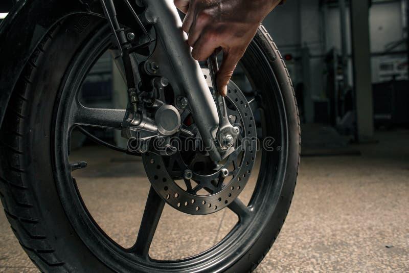 Sluit omhoog van motorfiets` s voertuig met sleutel royalty-vrije stock foto