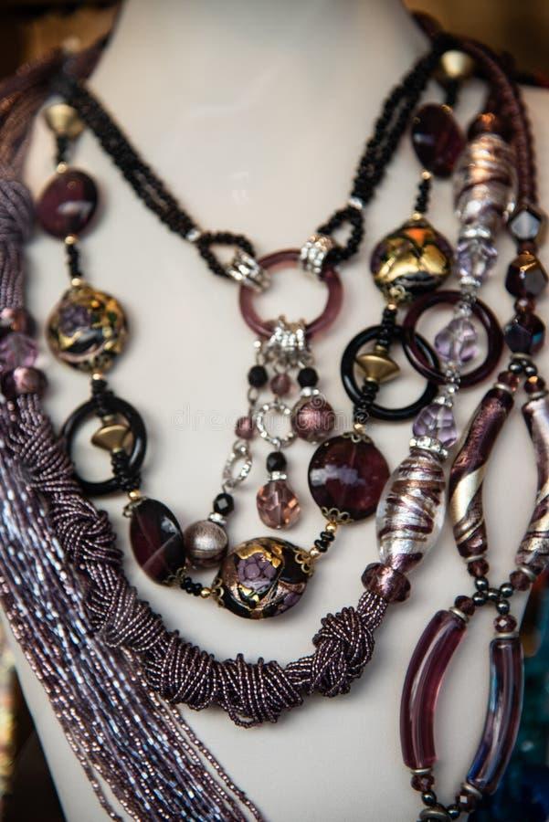 Sluit omhoog van Murano-glashalsbanden en juwelen Artistieke totstandbrenging typisch van het Venetiaanse eiland stock afbeelding