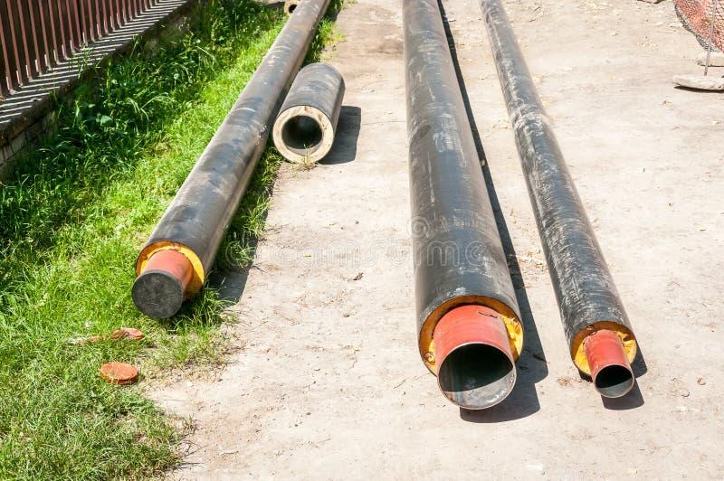 Sluit omhoog van nieuwe geïsoleerde pijpen voor water stadsverwarmingsinstallatiesriolering of gas met isolatie op de plaats van  royalty-vrije stock afbeeldingen