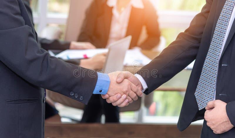 Sluit omhoog van onderneemster en vennootschap het schudden handen voor overeenkomstenproject tijdens raadsvergadering in het bur royalty-vrije stock fotografie