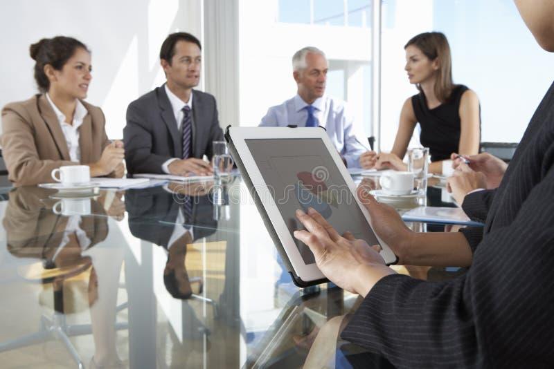 Sluit omhoog van Onderneemster Using Tablet Computer tijdens Raad Mee royalty-vrije stock foto