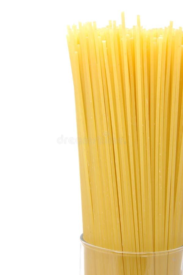 Sluit omhoog van ongekookte spaghetti stock afbeeldingen