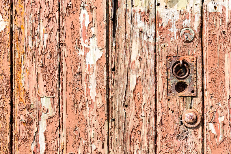 Sluit omhoog van oude doorstane deur royalty-vrije stock afbeelding