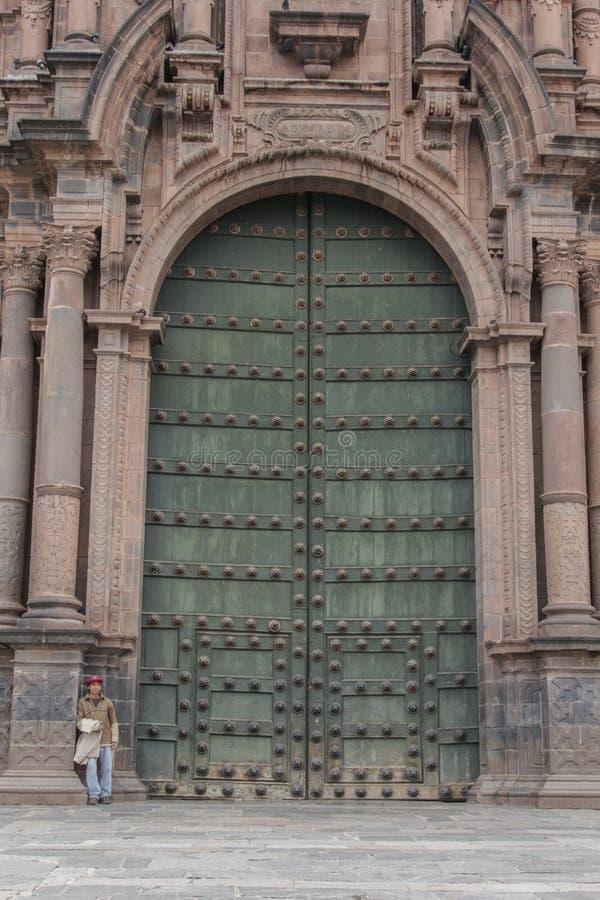 Sluit omhoog van oude katholieke kathedraalvoorgevel in Cuzco Peru stock afbeeldingen