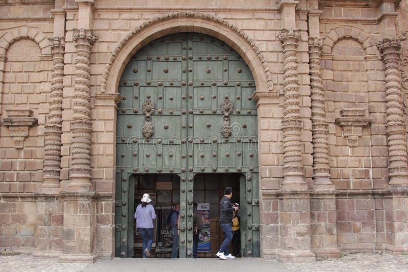 Sluit omhoog van oude katholieke kathedraalvoorgevel in Cuzco Peru royalty-vrije stock foto