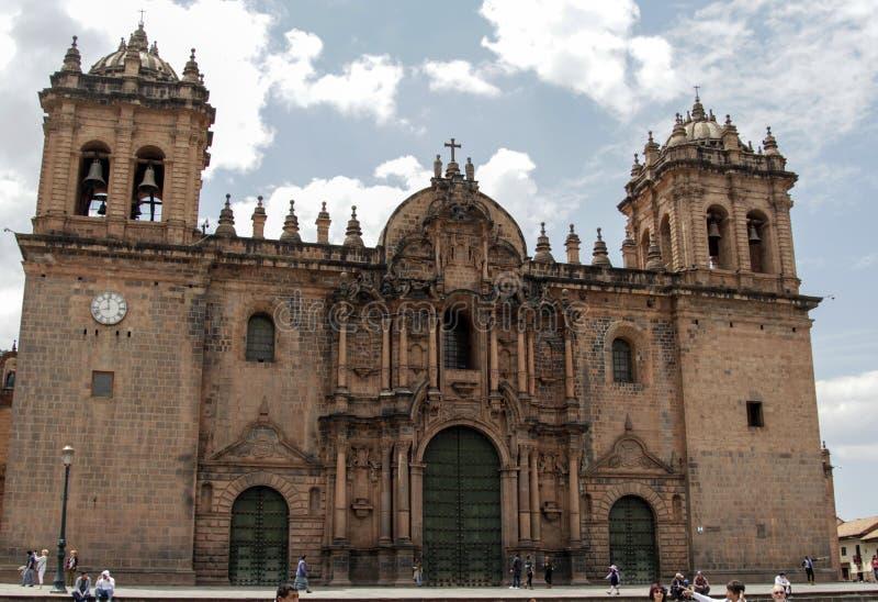 Sluit omhoog van oude katholieke kerkvoorgevel in Cuzco Peru royalty-vrije stock fotografie