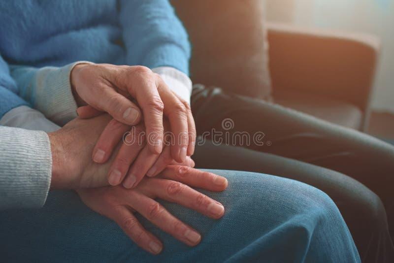 Sluit omhoog van oude mensen` s handen die hen samenhouden De mens heeft pu stock foto's