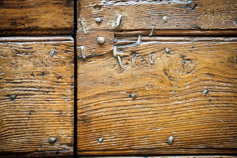 Sluit omhoog van oude metaalspijkers in een oude houten deur royalty-vrije stock foto's