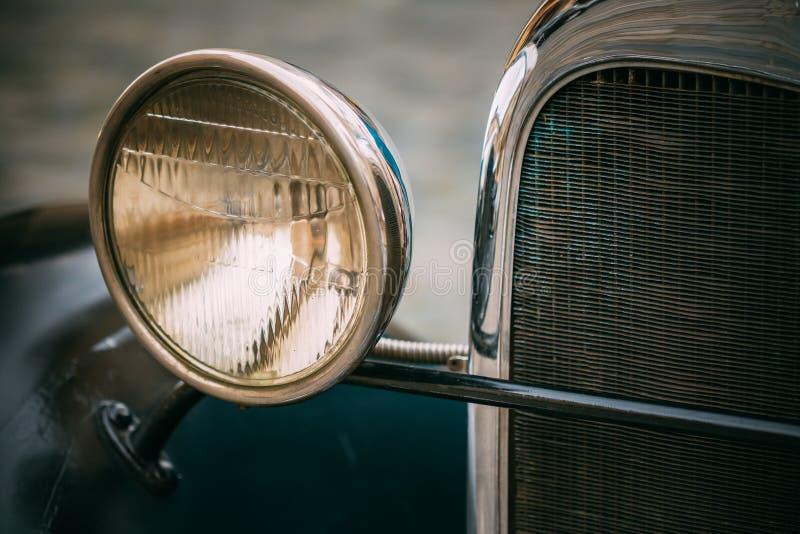 Sluit omhoog van oude uitstekende blauwe auto stock fotografie
