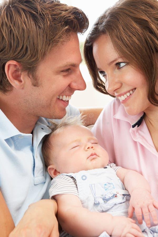 Sluit omhoog van Ouders die de Pasgeboren Jongen van de Baby knuffelen bij H stock fotografie