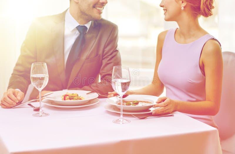 Sluit omhoog van paar die bij restaurant spreken royalty-vrije stock fotografie