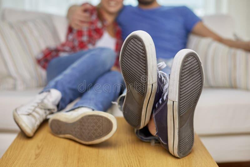 Sluit omhoog van paar het ontspannen op bank in nieuw huis stock foto
