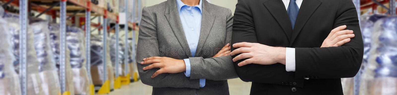 Sluit omhoog van partners bij pakhuis stock foto's