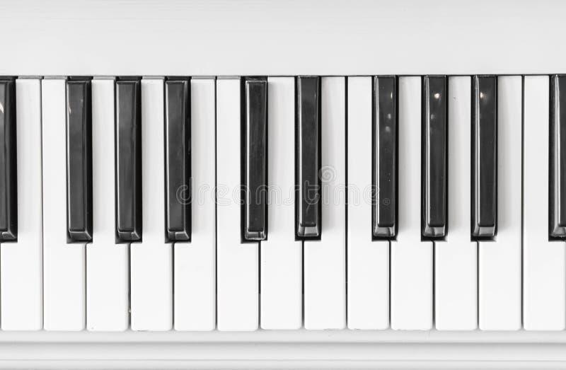 Sluit omhoog van pianotoetsenbord stock foto's