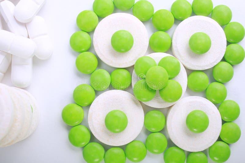 Sluit omhoog van pillencapsule op witte achtergrond stock afbeelding