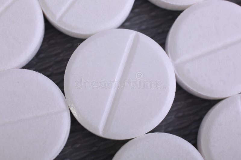 Sluit omhoog van pillencapsule op witte achtergrond stock afbeeldingen