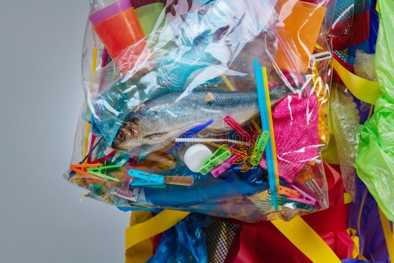 Sluit omhoog van plastic zak met dode binnen vissen en teveel plastiek stock afbeelding