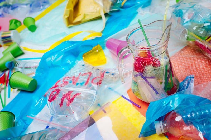 Sluit omhoog van plastiek en glas liggend op de vloer stock fotografie