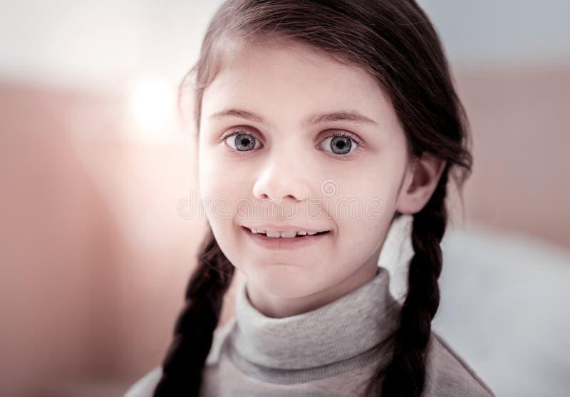 Sluit omhoog van positief meisje stock foto