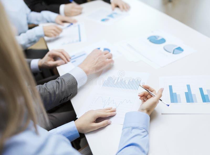 Sluit omhoog van praatjes en grafieken in bureau royalty-vrije stock foto