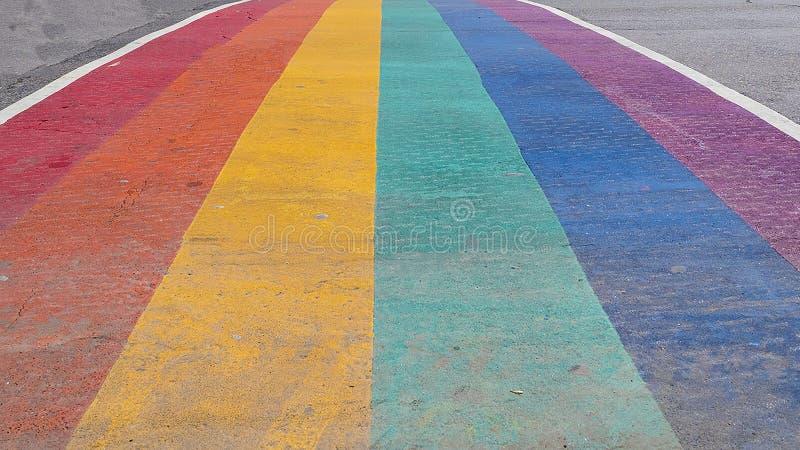 Sluit omhoog van Pride Rainbow Sidewalk Crosswalk binnen de stad in stock afbeeldingen