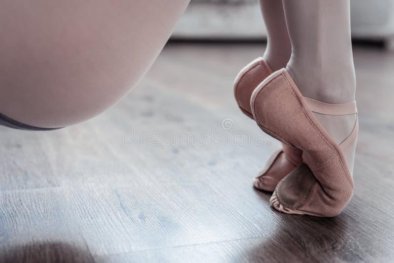 Sluit omhoog van professionele vrouwelijke dansersvoeten stock foto