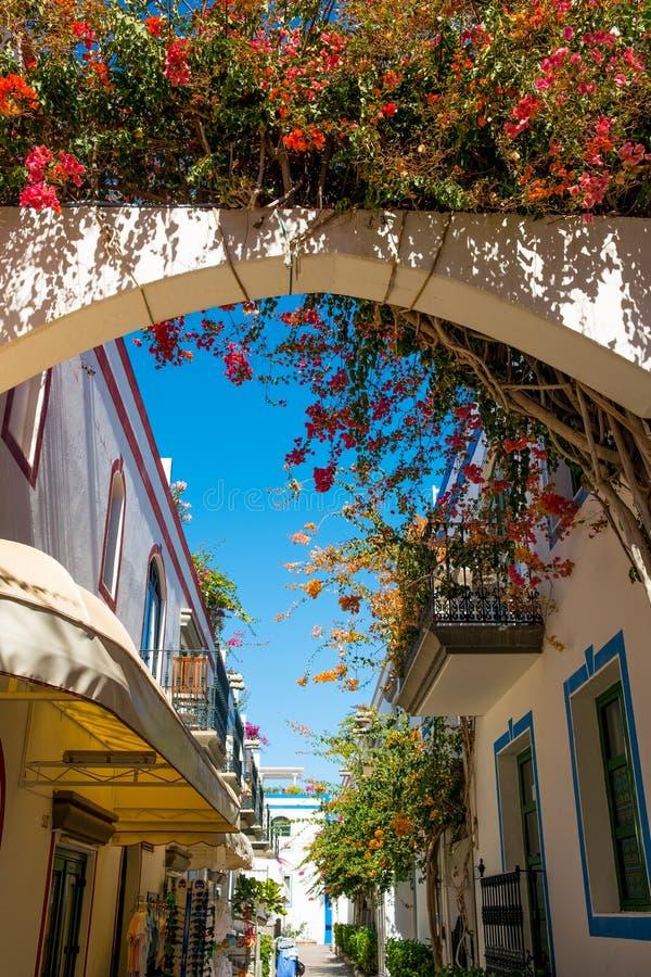 Sluit omhoog van Puerto DE Mogan traditioneel Spaans dorp in het eiland van Gran Canaria met bloemen die tijdens de lente en zon  royalty-vrije stock foto