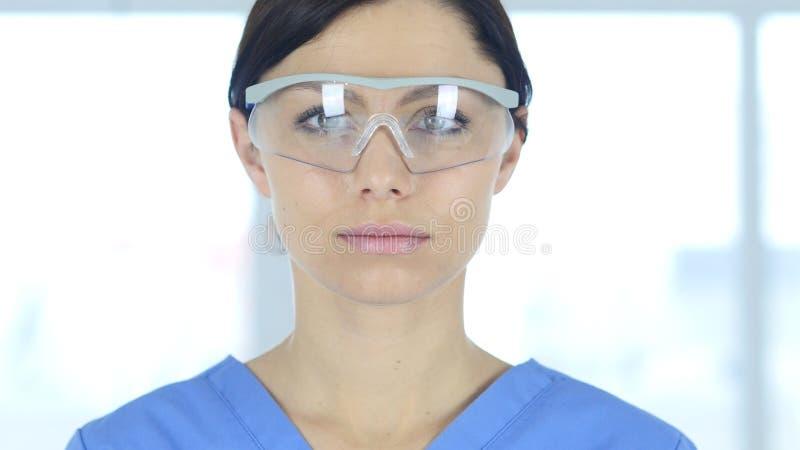 Sluit omhoog van reseachwetenschapper, arts in beschermende glazen stock afbeelding
